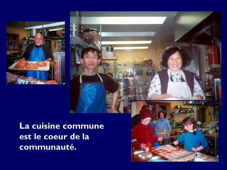 La cuisine commune est le coeur de la communauté.