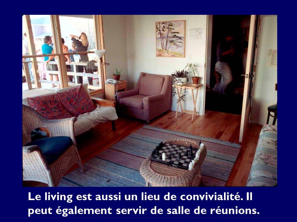 Le living est aussi un lieu de convivialité. Il peut également servir de salle de réunions.