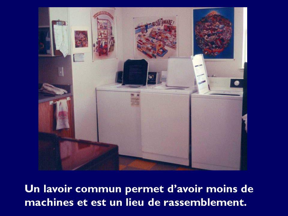 Un lavoir commun permet davoir moins de machines et est un lieu de rassemblement.