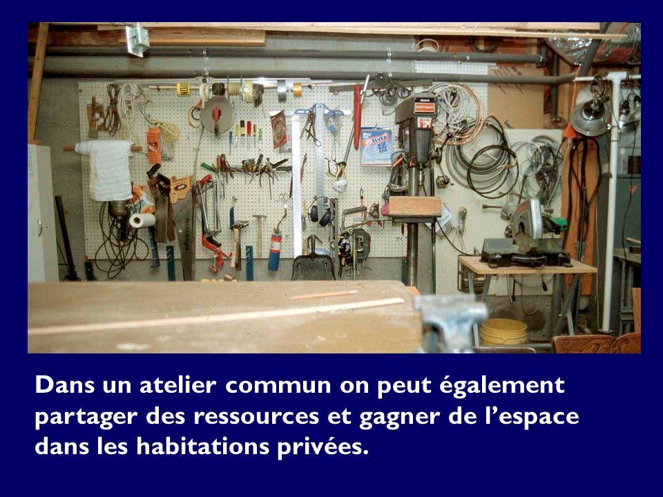 Dans un atelier commun on peut également partager des ressources et gagner de lespace dans les habitations privées.