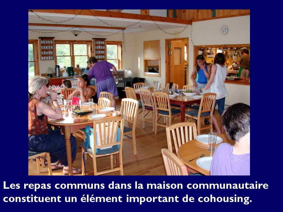 Les repas communs dans la maison communautaire constituent un élément important de cohousing.