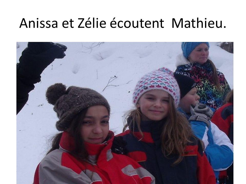Anissa et Zélie écoutent Mathieu.