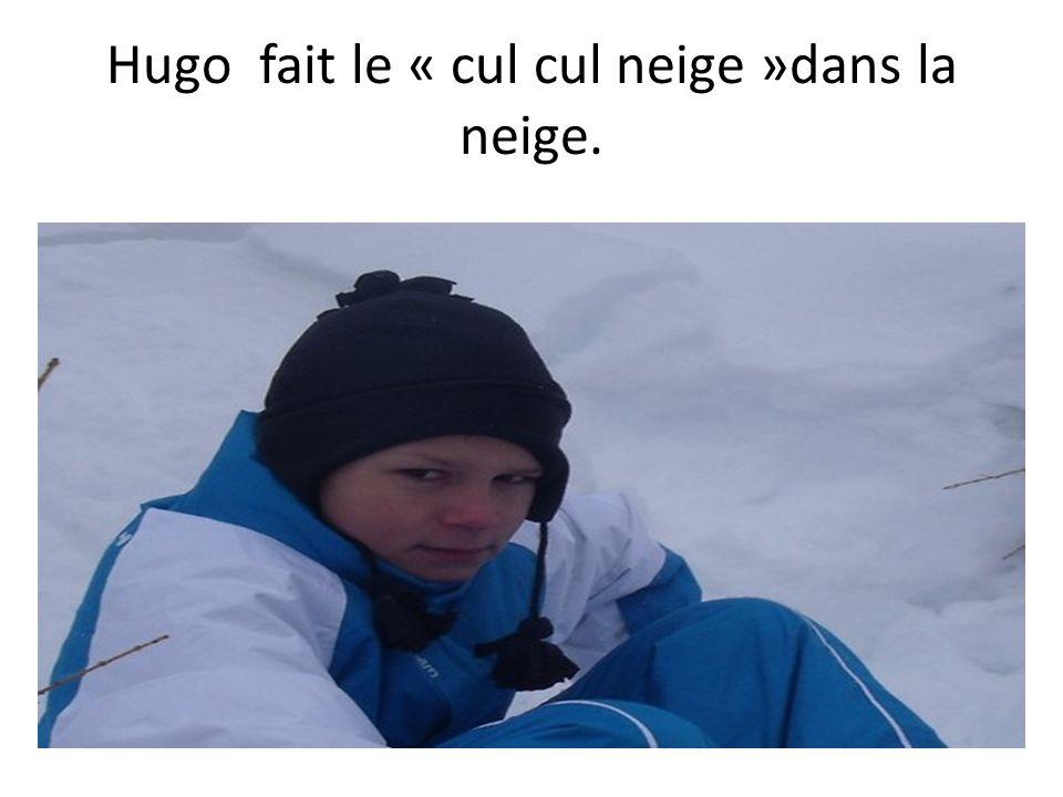 Hugo fait le « cul cul neige »dans la neige.