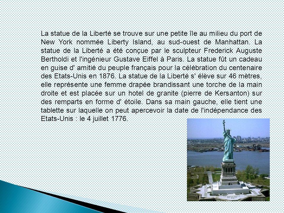 La statue de la Liberté se trouve sur une petite île au milieu du port de New York nommée Liberty Island, au sud-ouest de Manhattan. La statue de la L