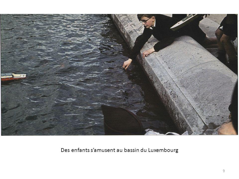 Des enfants samusent au bassin du Luxembourg 9