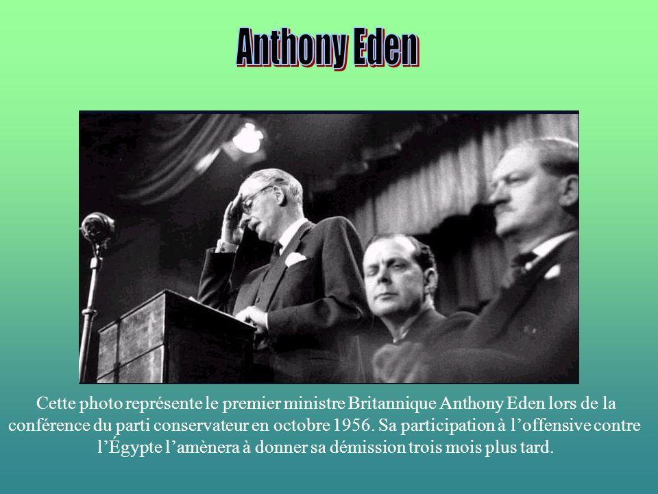 Cette photo représente le premier ministre Britannique Anthony Eden lors de la conférence du parti conservateur en octobre 1956. Sa participation à lo