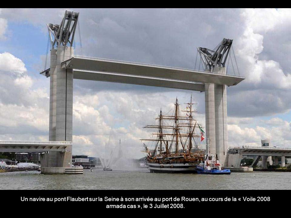 A Tall Ship arrive en Merseyside, au niveau de la centrale déoliennes en approche du port de Liverpool le 18 Juillet 2008.