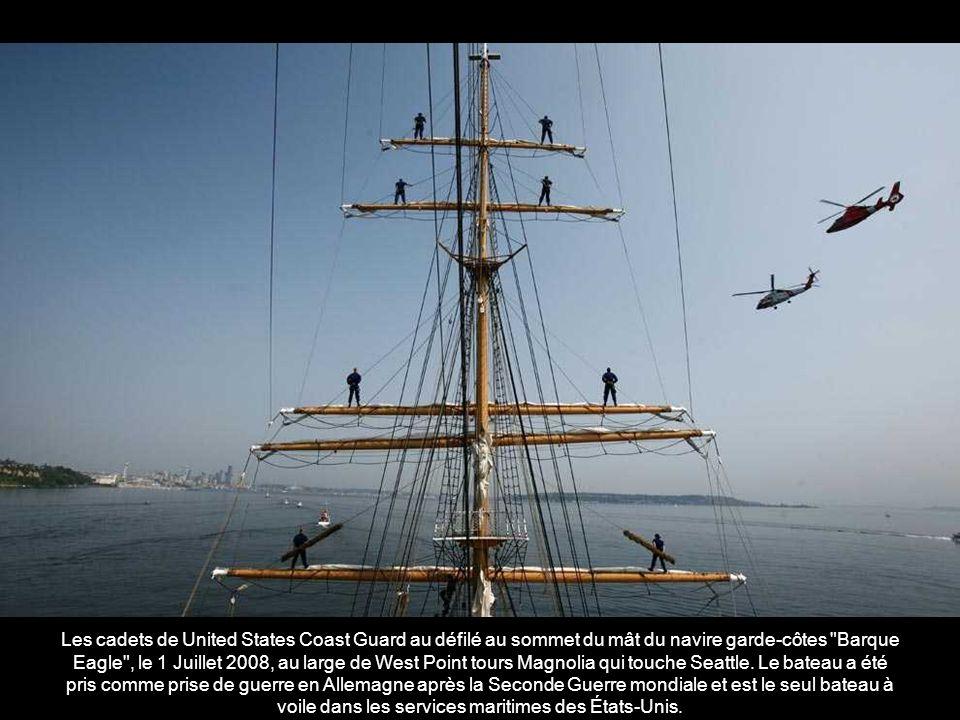 Une réplique de « lArgo , le mythique navire qui porta Jason et les Argonautes dans leur quête héroïque pour la Toison d or, les voiles dans le canal de Corinthe, près de 80 kilomètres à l ouest d Athènes, le 2 Juillet 2008.