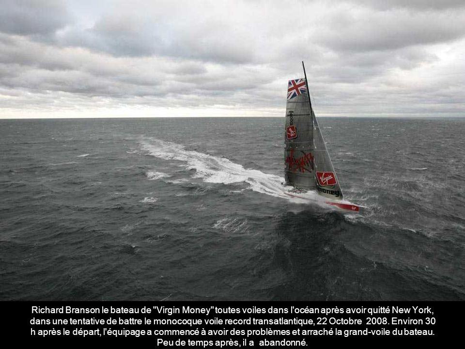 « Volvo Ocean Race Puma » arrive au large de Cape Town, Afrique du Sud à la deuxième place lors de la première étape de la « Volvo Ocean Race 2008-2009 » en Novembre 2008.