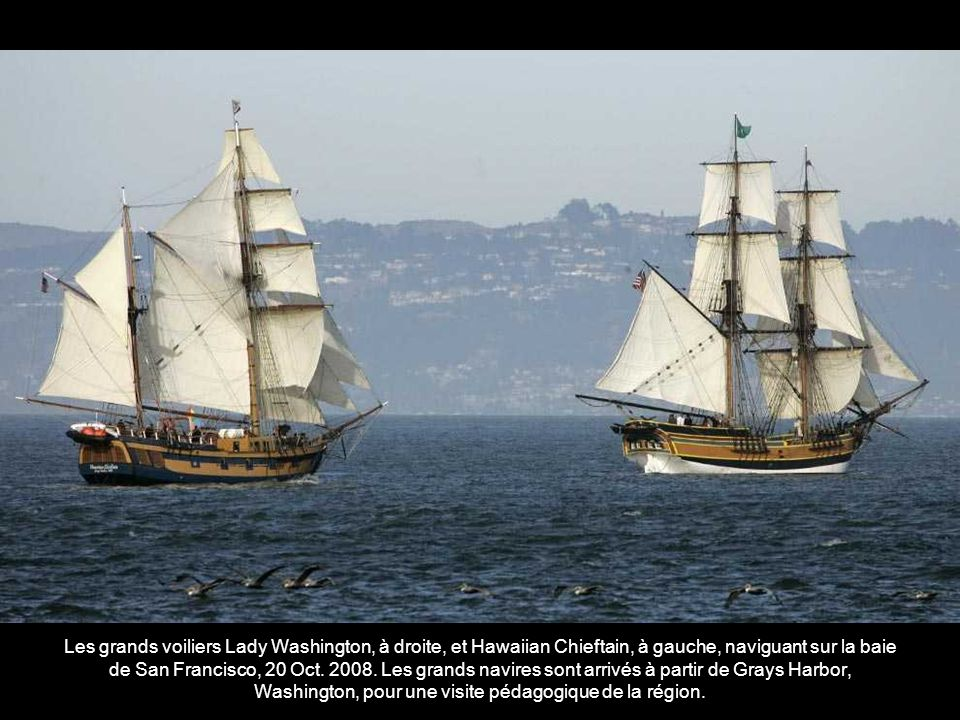 Les grands voiliers Lady Washington, à droite, et Hawaiian Chieftain, à gauche, naviguant sur la baie de San Francisco, 20 Oct.