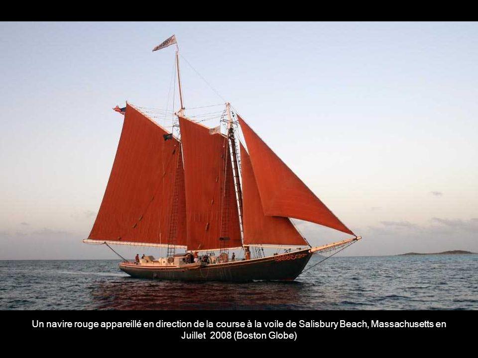 Un navire rouge appareillé en direction de la course à la voile de Salisbury Beach, Massachusetts en Juillet 2008 (Boston Globe)