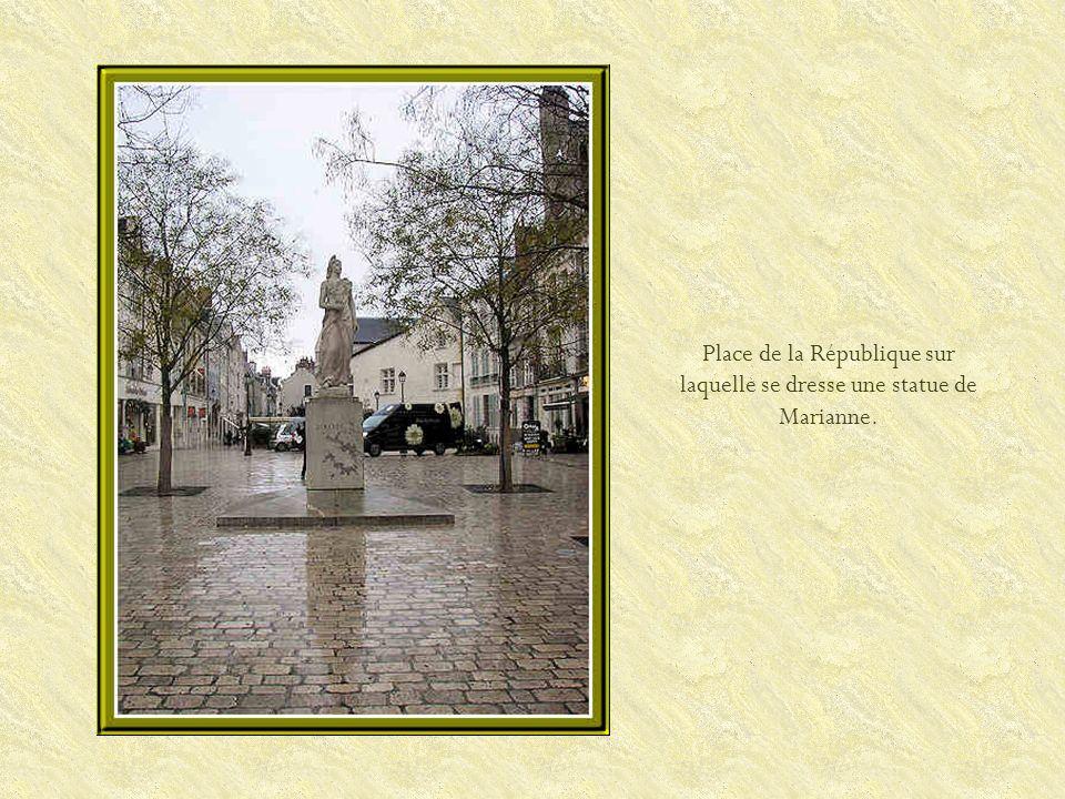 Elle a été construite aux XVe et XVIe siècles.Son clocher isolé date de 1629.