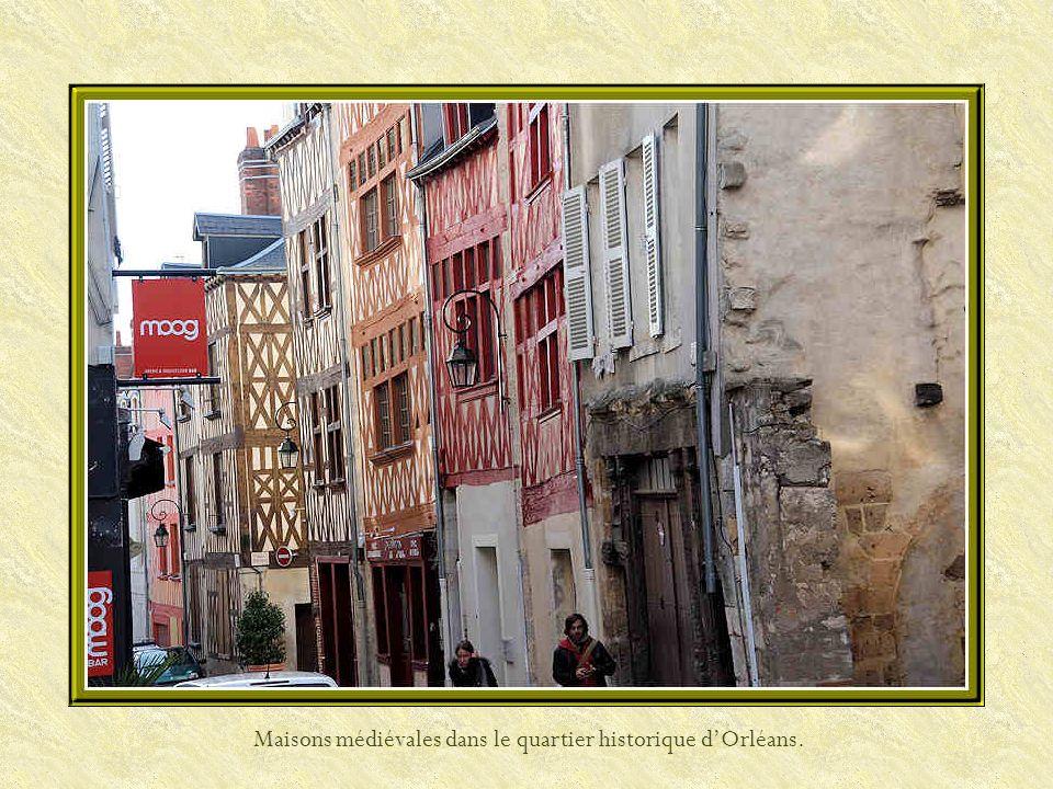 Maisons médiévales dans le quartier historique dOrléans.