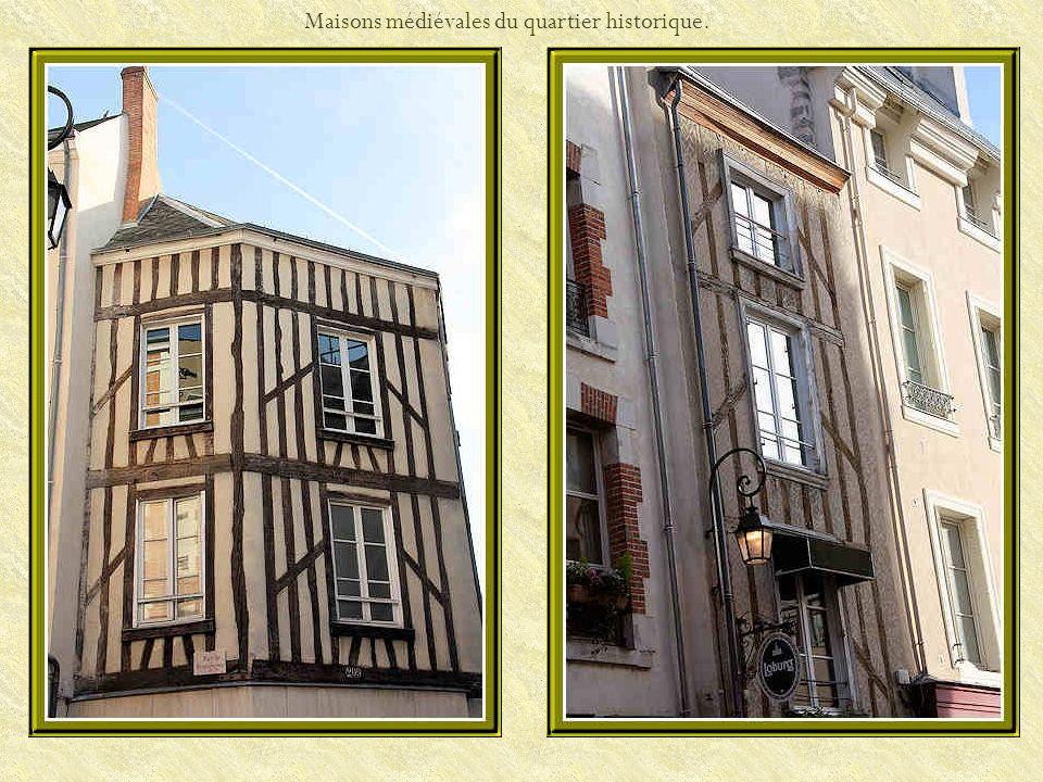 La façade principale de léglise Saint- Pierre-du-Martroi et le porche.