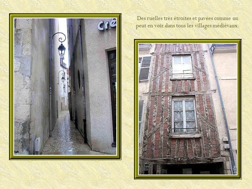 Surtout, il est important de lever les yeux pour admirer les jolies coiffures des immeubles ainsi que les façades.