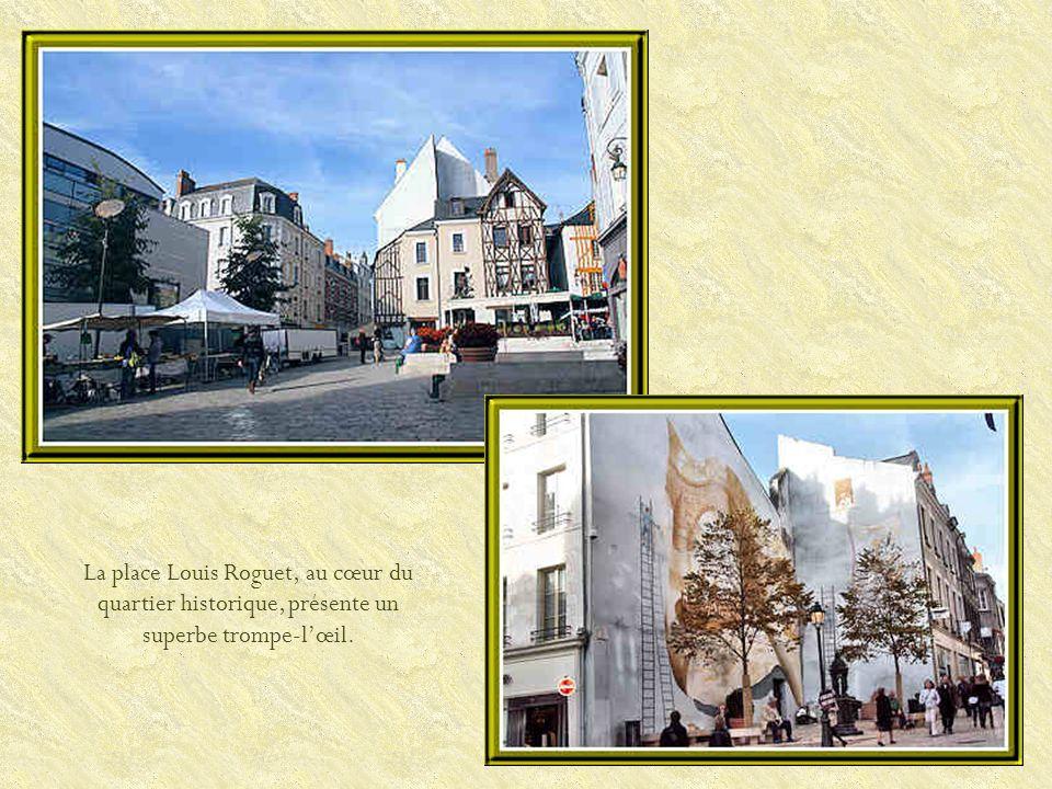 La place Louis Roguet, au cœur du quartier historique, présente un superbe trompe-lœil.