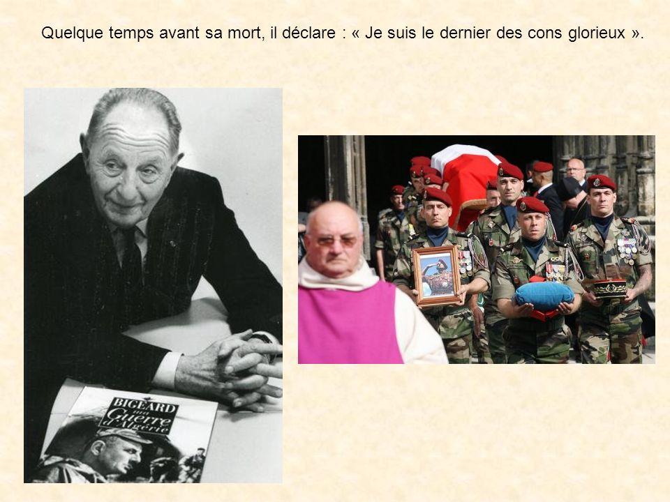Le cercueil, recouvert par le drapeau français, était orné de la grand-croix de la Légion d'honneur, du képi et de la casquette kaki des paras du géné