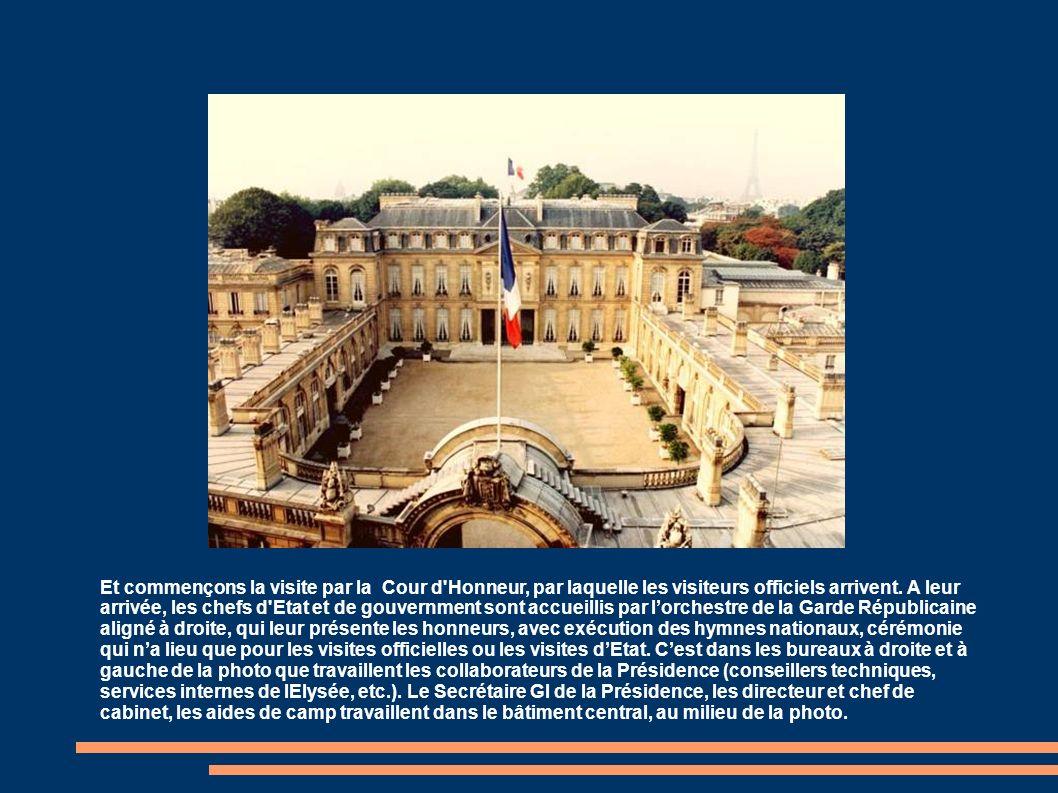 Avant d entamer la visite, repérons d abord les lieux principaux de l Elysée: 1 – Salle des Fêtes : elle sert aux grandes soirées et réceptions officielles 2 – Bâtiment central; c est là où se trouvent les bureaux des plus grands serviteurs de l Etat (Secrétaire Gl de la Présidence, etc.) Le bureau du Président (le « Salon Doré ») se trouve au milieu du 1er étage, et donne sur les jardins 3 – Cour d honneur de l Elysée 4: entrée de la rue du Faubourg Saint Honoré 5 : les ailes du palais abritent les différents services de la Présidence (conseillers etc.) 6 : au 1er étage, dans l aile Est du palais, se trouvent les appartements privés du Président 7 : les jardins: c est là que se déroulent les garden-parties de la Présidence, dont celle du 14 Juillet 8 (à gauche): La Grille du Coq, vraie entrée officielle du palais, mais peu utilsée; cest par la Grille du Coq que le nouveau Président élu rejoint lavenue des Champs Elysées pour aller à lArc de Triomphe