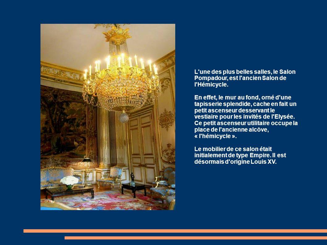 Nous sommes entrés à LElysée par lentrée du Faubourg Saint Honoré, quittons donc le palais par la Grille du Coq, construite au 19è siècle, et qui donne sur lavenue Gabriel.
