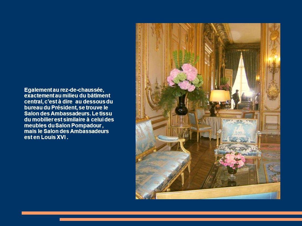 L'une des plus belles salles, le Salon Pompadour, est l'ancien Salon de l'Hémicycle. En effet, le mur au fond, orné d'une tapisserie splendide, cache