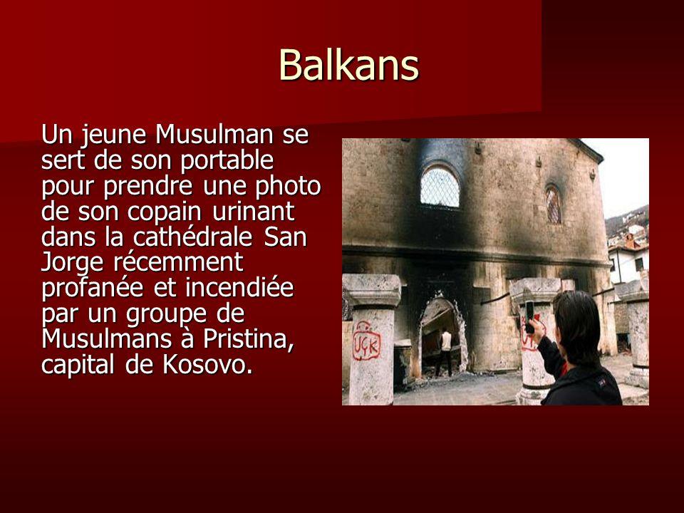 Balkans Balkans Un jeune Musulman se sert de son portable pour prendre une photo de son copain urinant dans la cathédrale San Jorge récemment profanée