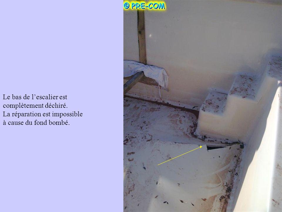 Le bas de lescalier est complètement déchiré. La réparation est impossible à cause du fond bombé.