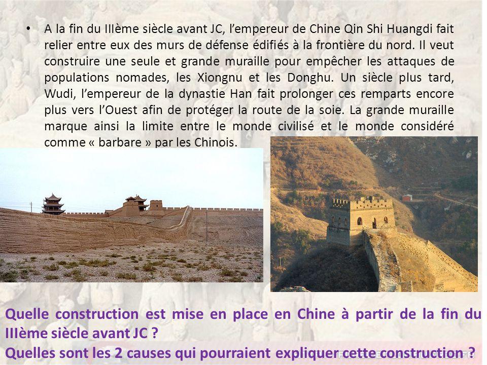 A la fin du IIIème siècle avant JC, lempereur de Chine Qin Shi Huangdi fait relier entre eux des murs de défense édifiés à la frontière du nord. Il ve