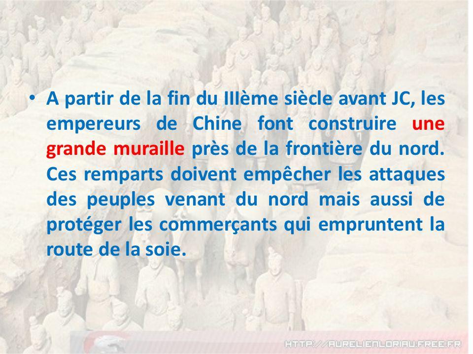 A partir de la fin du IIIème siècle avant JC, les empereurs de Chine font construire une grande muraille près de la frontière du nord. Ces remparts do