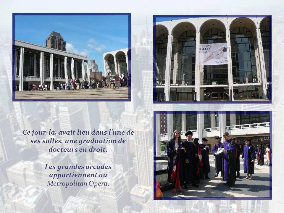 Lautobus nous amène non loin du Lincoln Center doù commencera notre promenade, sur Broadway. Il comprend 19 salles et fut construit entre 1959 et 1966