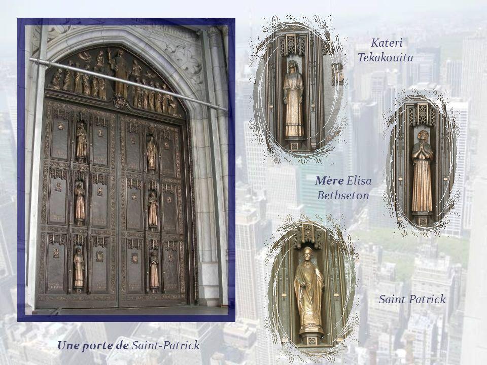 Contraste des flèches de léglise Saint-Patrick devant un haut building! Cest léglise principale de larchidiocèse de New York, construite au XIXe siècl