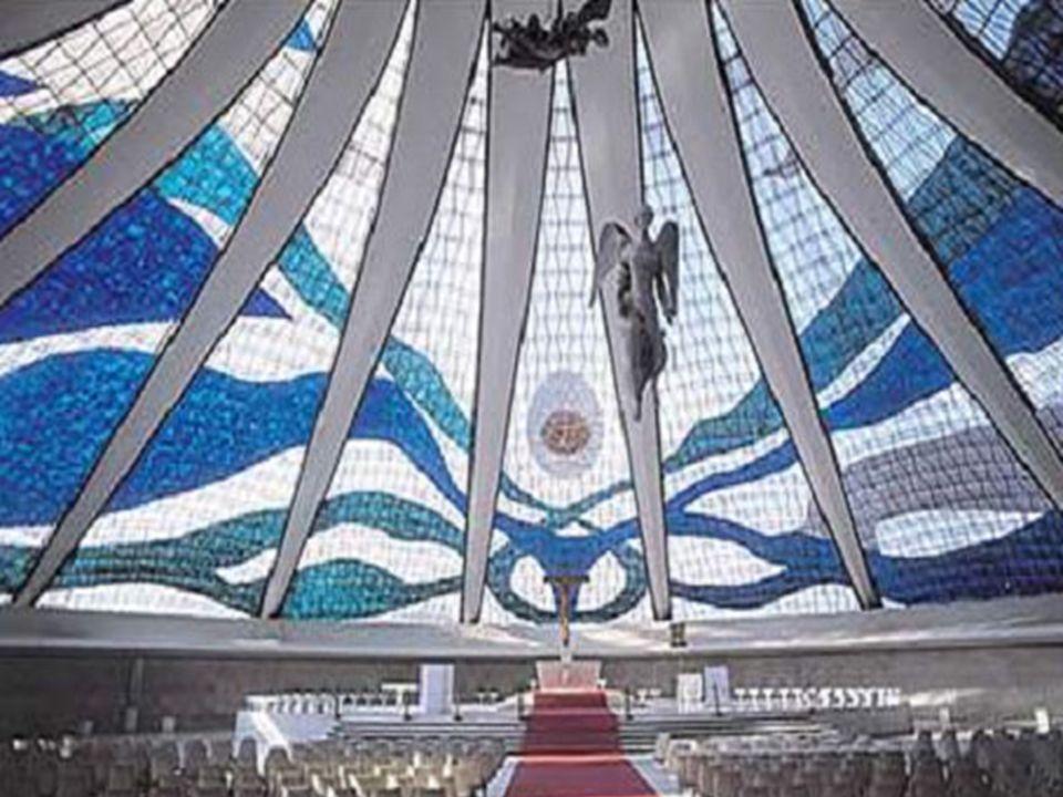 Cathédrale de Brasilia Brésil La cathédrale fut terminée le 31 mai 1970. 16 colonnes identiques, dont chacune pèse 90 tonnes et possède une base hyper