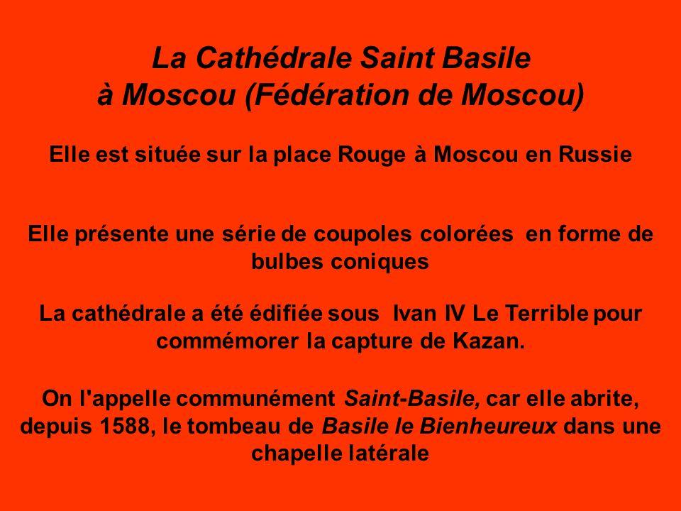 La Cathédrale Saint Basile à Moscou (Fédération de Moscou) Elle est située sur la place Rouge à Moscou en Russie Elle présente une série de coupoles colorées en forme de bulbes coniques La cathédrale a été édifiée sous Ivan IV Le Terrible pour commémorer la capture de Kazan.