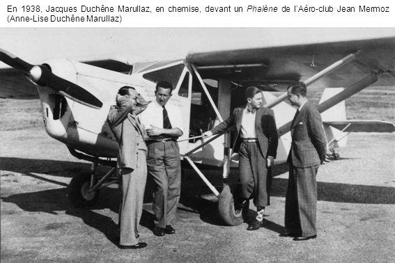 En 1938, Jacques Duchêne Marullaz, en chemise, devant un Phalène de lAéro-club Jean Mermoz (Anne-Lise Duchêne Marullaz)