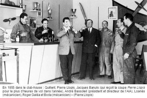 En 1955 dans le club-house : Quillent, Pierre Llopis, Jacques Banuls (qui reçoit la coupe Pierre Llopis pour le plus dheures de vol dans lannée), Andr