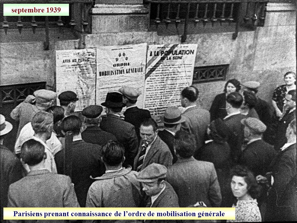 septembre 1939 Parisiens prenant connaissance de lordre de mobilisation générale