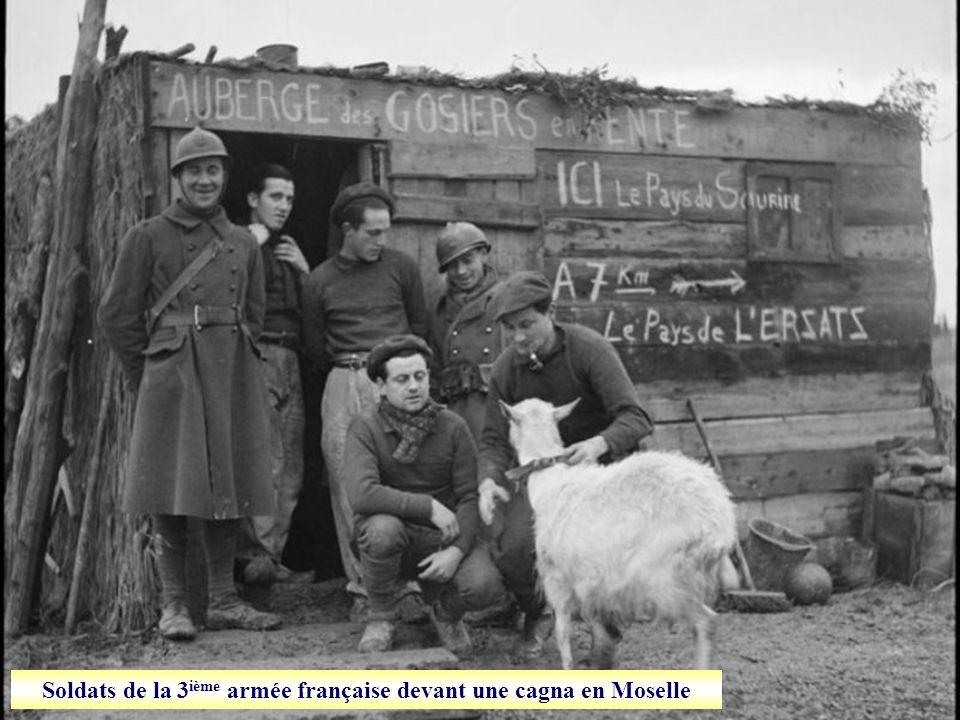 Soldats de la 3 ième armée française devant une cagna en Moselle
