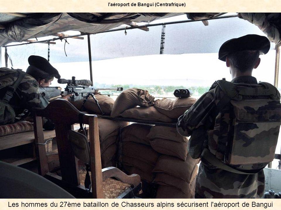 Les hommes du 27ème bataillon de Chasseurs alpins sécurisent l'aéroport de Bangui l'aéroport de Bangui (Centrafrique)