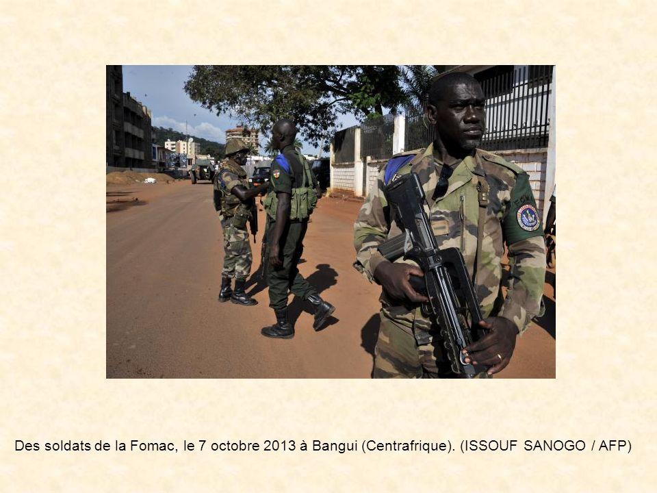 Des anciens rebelles de la Séléka, le 8 octobre 2013 à Bangassou (Centrafrique). (ISSOUF SANOGO / AFP)