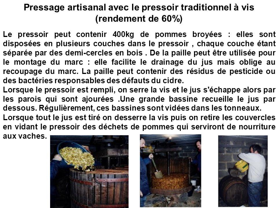 Pressage artisanal avec le pressoir traditionnel à vis (rendement de 60%) Le pressoir peut contenir 400kg de pommes broyées : elles sont disposées en