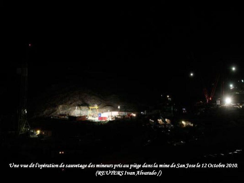 Les journalistes couvrent l'opération de sauvetage des mineurs pris au piège de la mine de San Jose à Copiapo Octobre 13, 2010. (REUTERS / David Merca