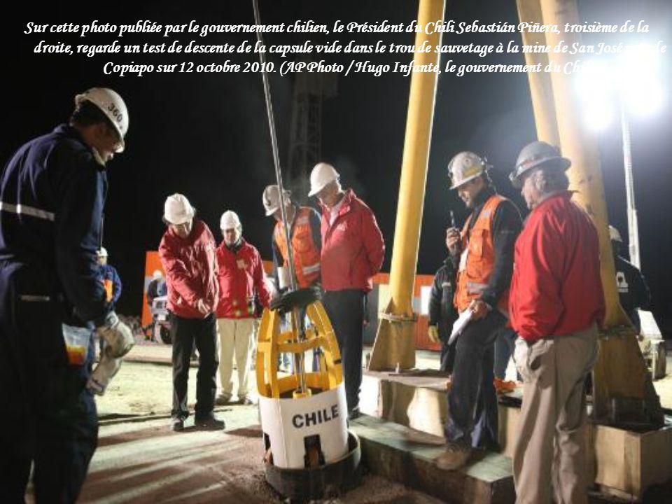 Le sauveteur Manuel Gonzalez pénètre dans la capsule Fenix, en commençant l'opération de sauvetage des 33 mineurs pris au piège, à la mine de San Jose