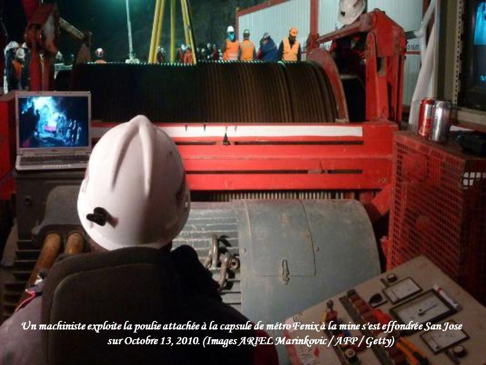 Sur cette photo publiée par le gouvernement chilien, le Président du Chili Sebastián Piñera, troisième de la droite, regarde un test de descente de la