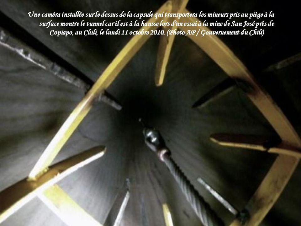 Un machiniste exploite la poulie attachée à la capsule de métro Fenix à la mine s'est effondrée San Jose sur Octobre 13, 2010. (Images ARIEL Marinkovi
