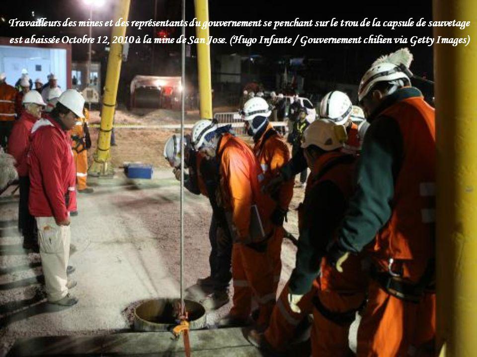 Une caméra installée sur le dessus de la capsule qui transportera les mineurs pris au piège à la surface montre le tunnel car il est à la hausse lors d un essai à la mine de San José près de Copiapo, au Chili, le lundi 11 octobre 2010.
