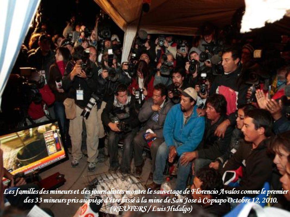 A saisir d un cadre de fonctionnement de caméra vidéo à l intérieur de la mine s est effondrée montre un mineur d être hissée hors de la mine de San Jose à Copiapo, 13 Octobre 2010.