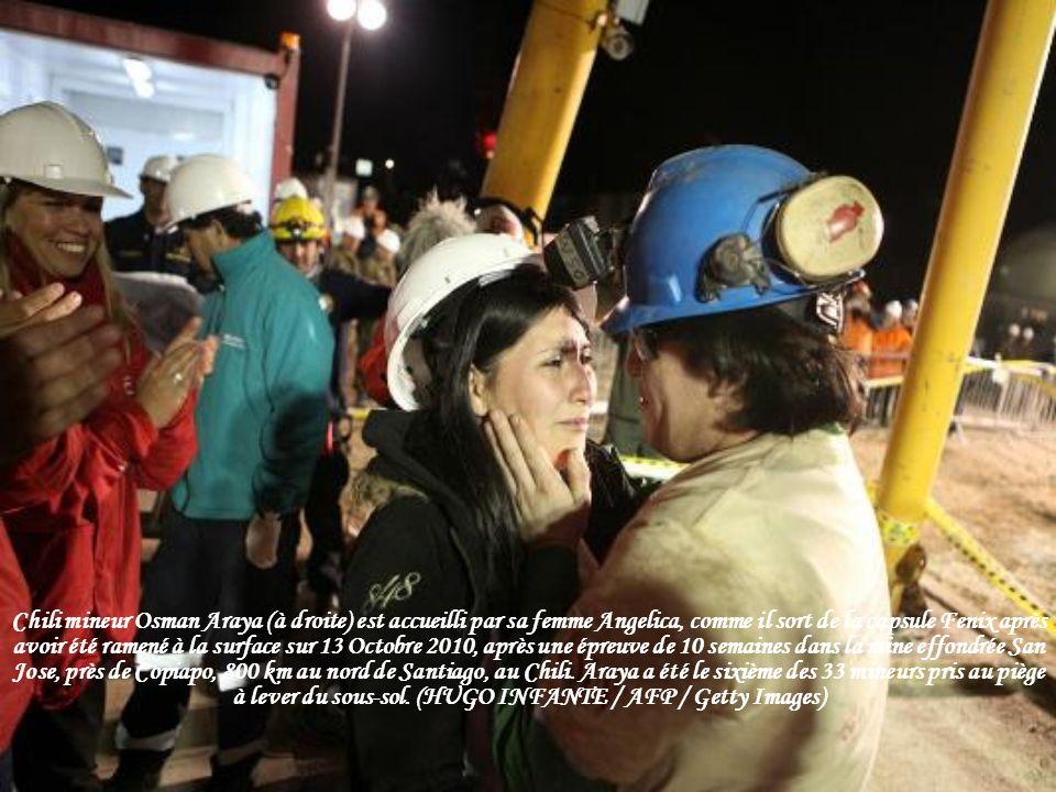 Chili mineur Osman Araya (à droite) est accueilli par sa femme Angelica, comme il sort de la capsule Fenix après avoir été ramené à la surface sur 13 Octobre 2010, après une épreuve de 10 semaines dans la mine effondrée San Jose, près de Copiapo, 800 km au nord de Santiago, au Chili.