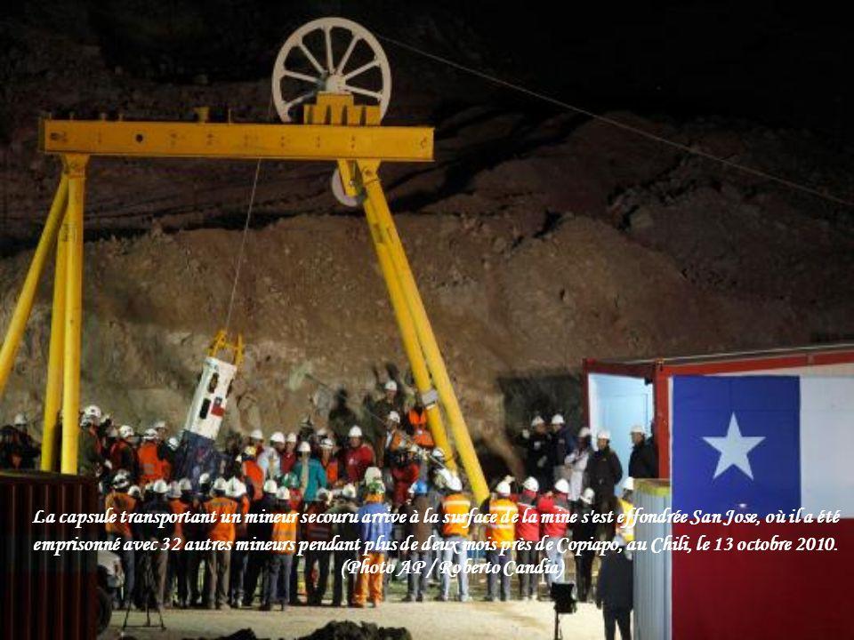 Les résidents d'observer le sauvetage des mineurs pris au piège dans la mine de San Jose, sur un grand écran sur une place publique à Copiapo Octobre