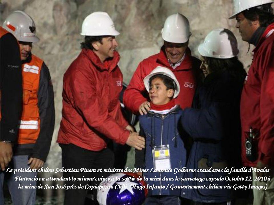La capsule transportant un mineur secouru arrive à la surface de la mine s'est effondrée San Jose, où il a été emprisonné avec 32 autres mineurs penda