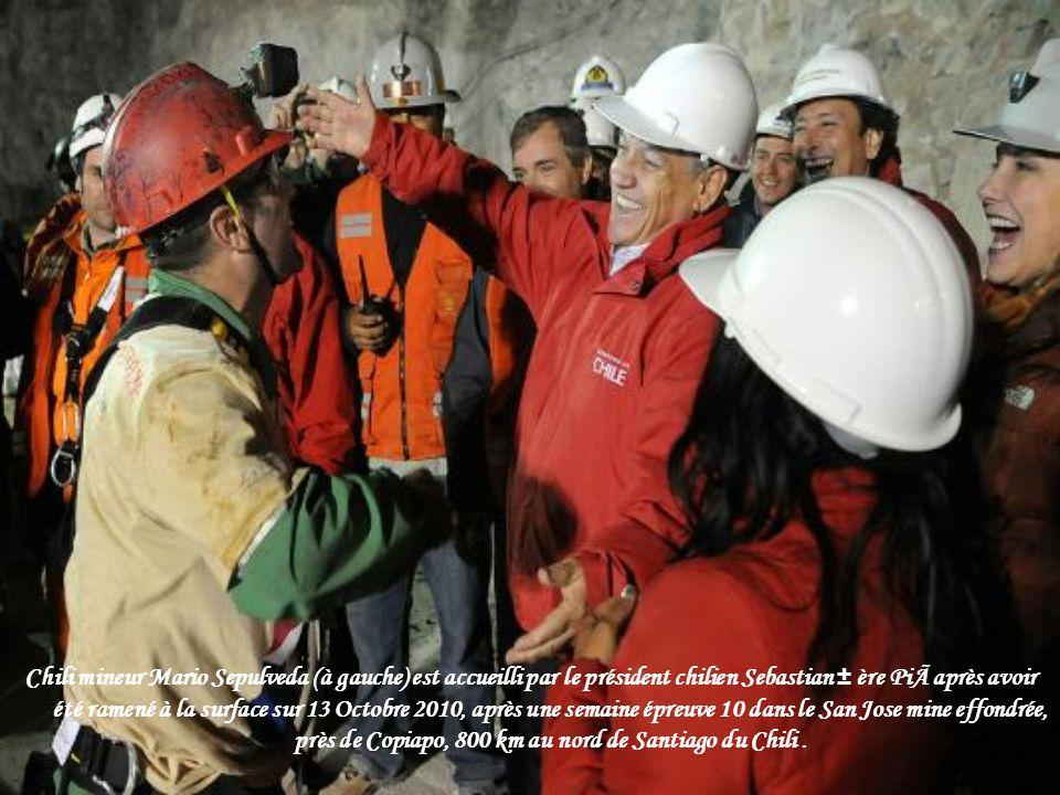 Le président chilien Sebastian Pinera et ministre des Mines Laurence Golborne stand avec la famille d'Avalos Florencio en attendant le mineur coincé à