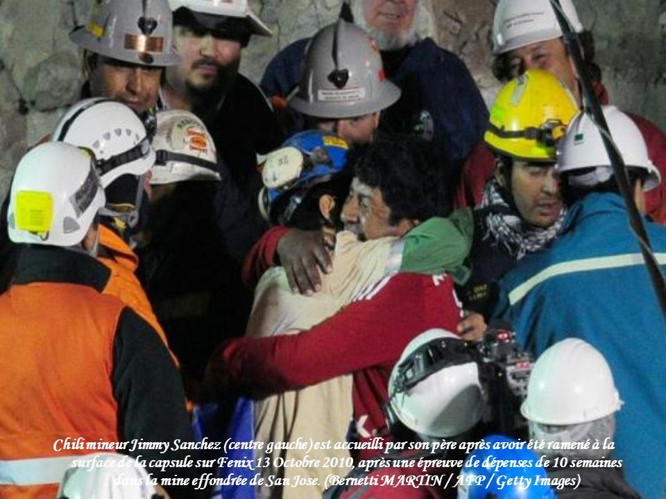 Roxana Gomez, fille de mineur sauvé Mario Gomez, des cris comme elle regarde sur un écran TV l'opération de sauvetage de son père dans le camp de la f